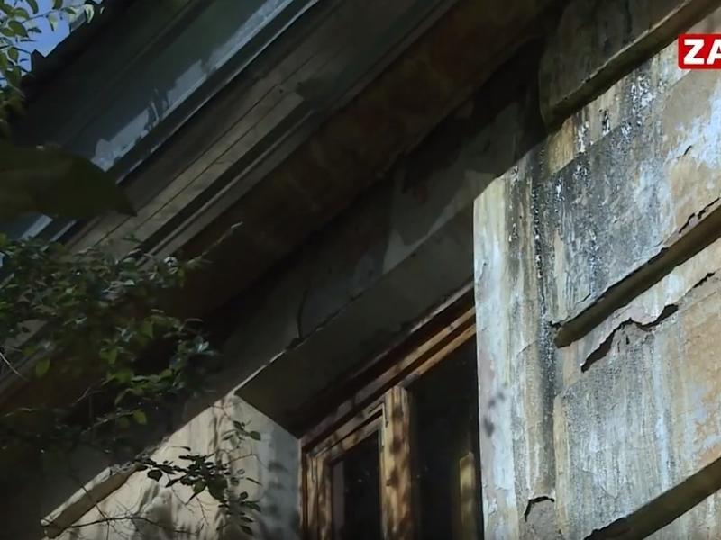 Крыша дома по ул. Мостовой в Чите пробежала после некачественного капремонта