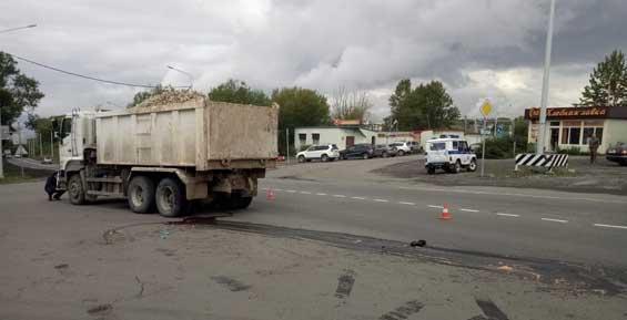 На Камчатке грузовик со щебнем сбил молодую женщину на переходе (фото)