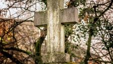 Муж после скандала с женой выкопал ей могилу и заказал памятник