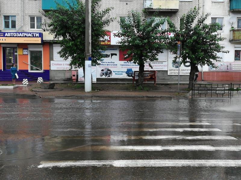 Половину «зебры» и остановку «затопило» на ул. Ленина в Чите