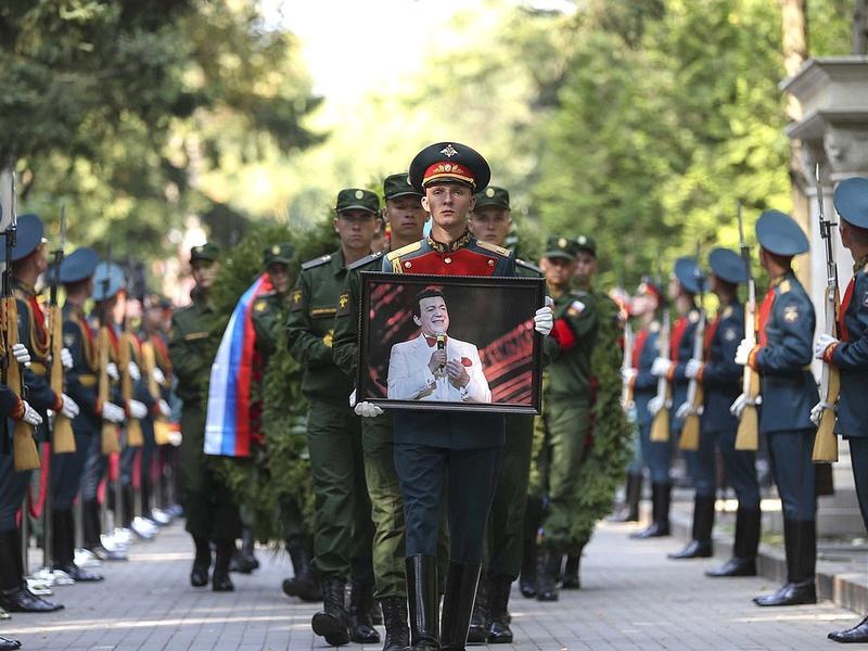 Кобзона с воинскими почестями похоронили на Востряковском кладбище