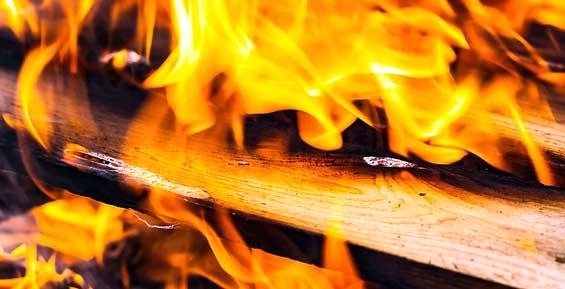 В Петропавловске пожарные спасли из горящего дома трех взрослых и ребенка