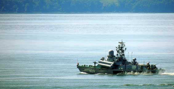 Военные моряки на Камчатке почтили память экипажа самолета, сбитого у берегов Сирии