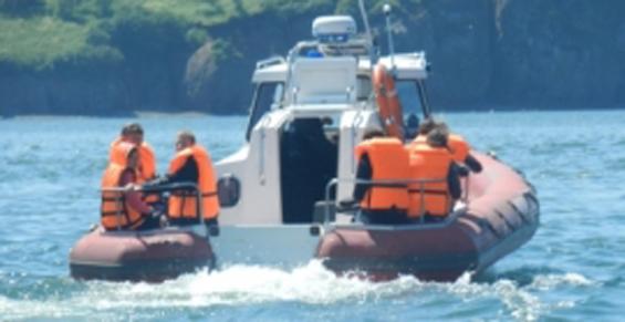 На Камчатке спасатели продолжили поиски рыбаков в бухте Большая Саранная