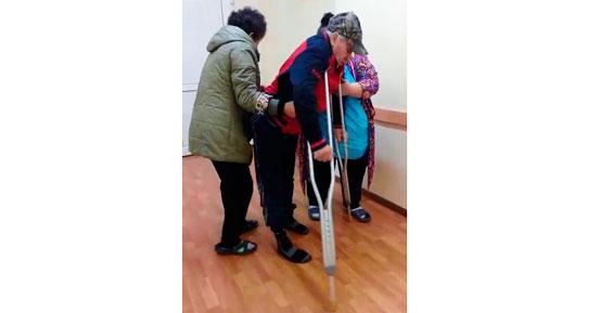 Держите меня! В краевой больнице не нашлось каталки для тяжелого пациента (видео)