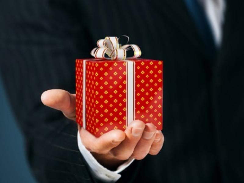 Чиновникам разрешат получать в подарок только цветы, календари и блокноты