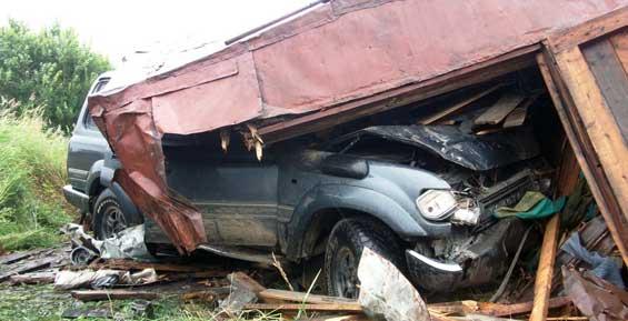 На Камчатке «Ленд-Крузер» проломил стену гаража, водителя отправили в колонию