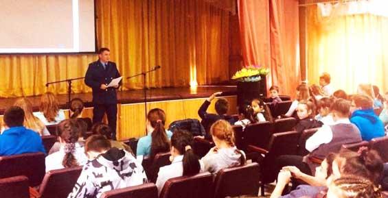 На Камчатке помощник прокурора рассказал школьникам о ранних половых связях