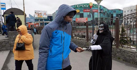 Человек в костюме смерти рассказал камчатцам о здоровом образе жизни (фото)