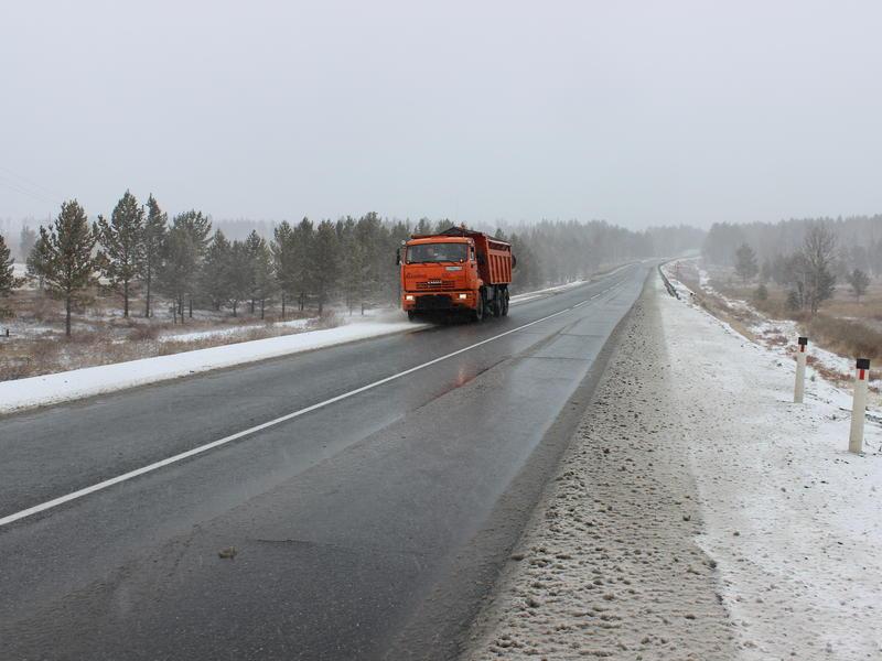 Наледь после снегопада начали очищать на федеральных трассах в Забайкалье