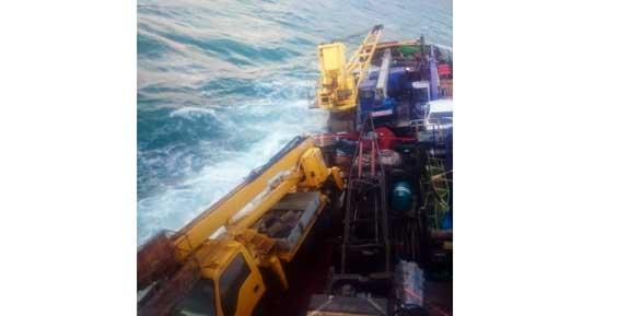 Моряк с затонувшего сухогруза снял момент кораблекрушения (фото)