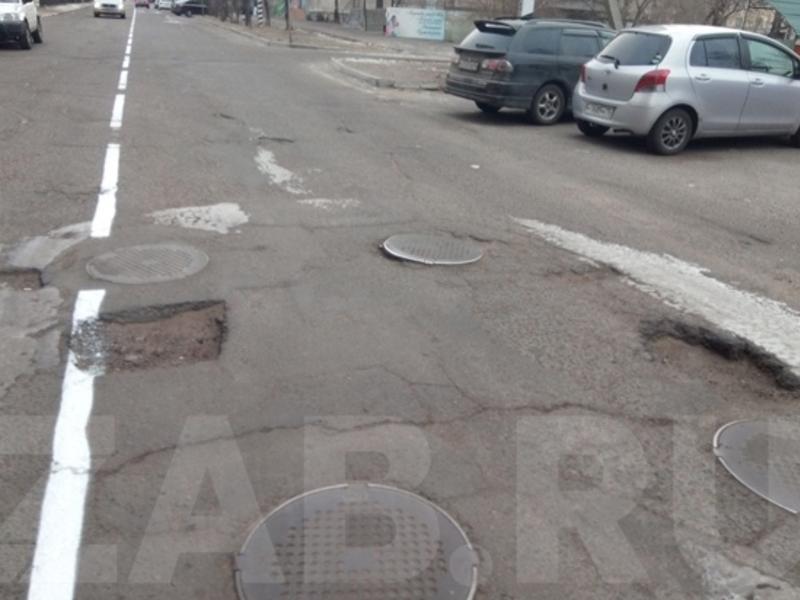 Дорожники сделали в Чите разметку на убитой дороге в -5 градусов