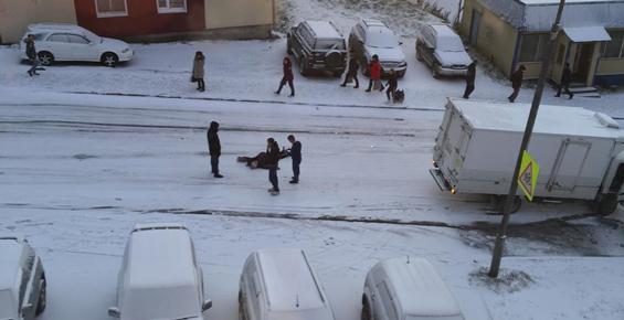 В Петропавловске на гололеде грузовик сбил женщину и врезался в две машины (фото)