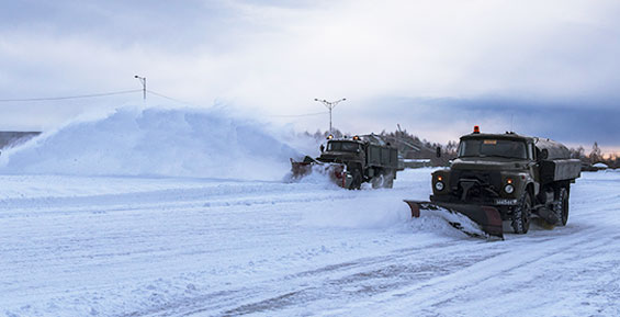 На Камчатке военные борются со снегом в аэропорту Елизова