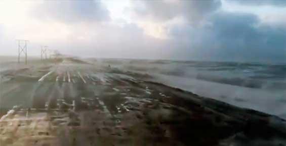 Волны заливают единственную дорогу в камчатский поселок (видео)