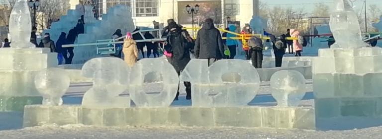 Вандалы сломали скульптуру в ледовом городке Краснокаменска