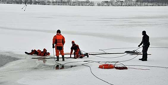 Юные спасатели провели тренировку на тонком льду Халактыркого озера (фото)