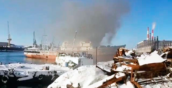 В Петропавловске у причала загорелось рыболовецкое судно (видео)